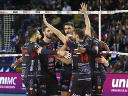 L'esultanza dei giocatori di Civitanova per la vittoria in gara-1 su Verona. Lubevolley.it