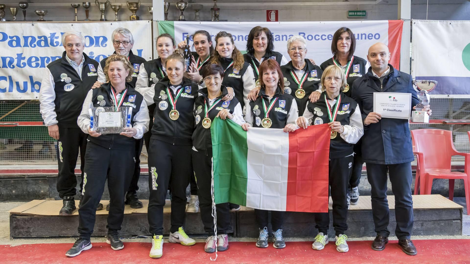 Le campionesse della San Giacomo festeggiano il tricolore con i dirigenti