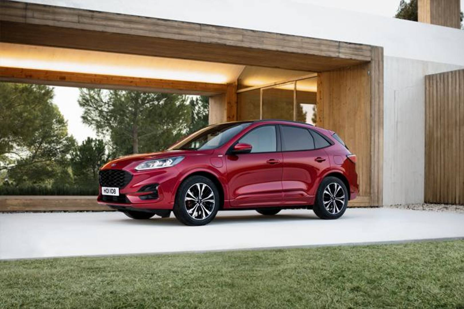 Con l'offensiva elettrica Ford rende disponibile la Kuga ibrida
