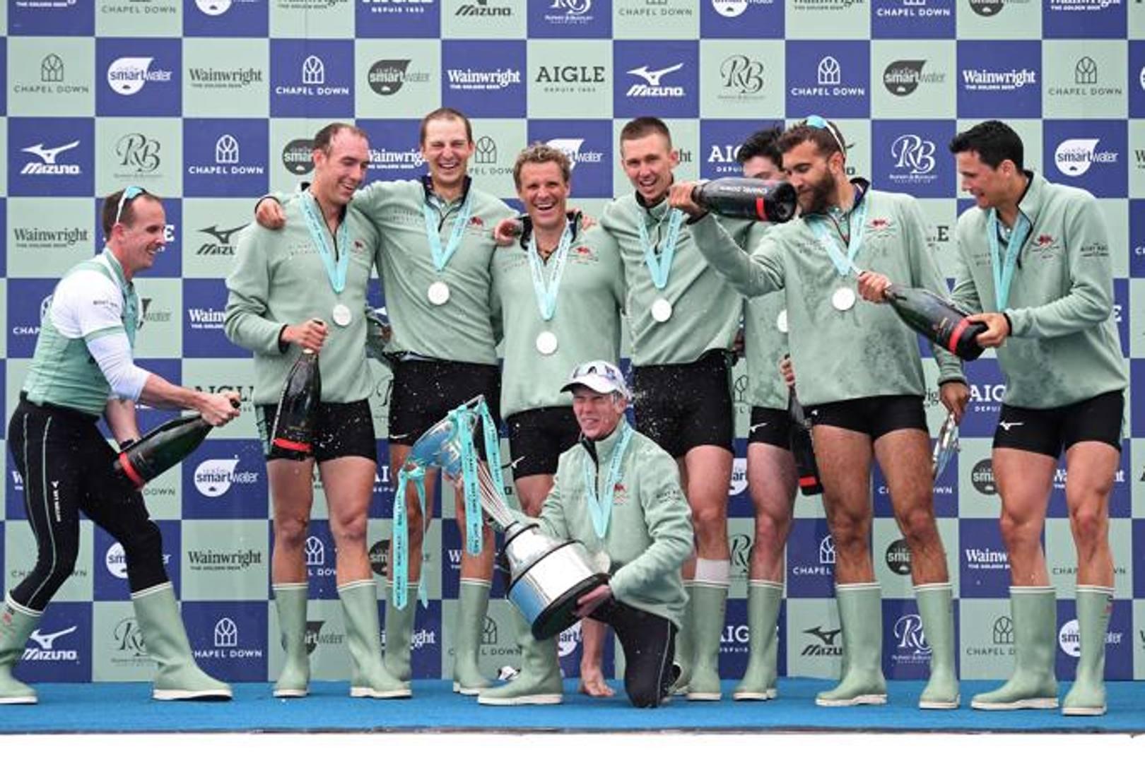 La festa dell'equipaggio di Cambridge: il quarto da sinistra in piedi è l'olimpionico James Cracknell. AFP