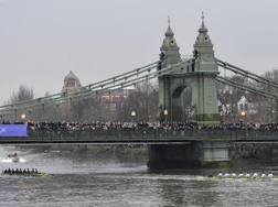 L'equipaggio di Cambridge (a destra) in vantaggio su Oxford in un momento della sfida del 2018