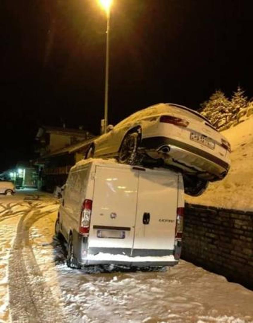 """L'auto di Sofia Goggia """"planata"""" su un furgone dopo l'incidente a Sestriere da cui, domenica, la campionessa olimpica è uscita illesa. (Facebook)"""