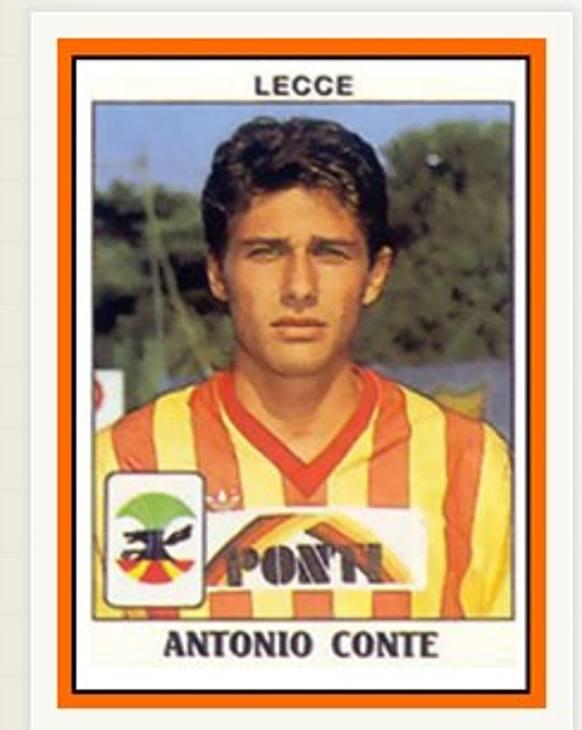 La figurina Panini dell'esordio di Antonio Conte, neoallenatore dell'Inter, nel Lecce appena promosso in Serie A nel 1986 a 17 anni. Quell'anno la squadra della sua città fu di nuovo retrocessa ma con un finale clamoroso: alla penultima giornata batté la Roma all'Olimpico, togliendole lo scudetto che andrà alla Juventus che sconfiggerà il Lecce al Via del Mare la settimana dopo