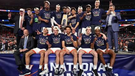 Virginia in posa col trofeo di campione Ncaa. Badocchi è il primo seduto da sinistra. Afp