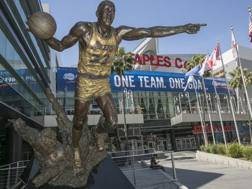 La statua di Magic davanti allo Staples. Ap