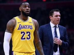 LeBron James, 34 anni, e Luke Walton, 39. Ap