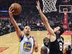 Steph Curry, 31 anni, contro Danilo Gallinari, 30. Ap