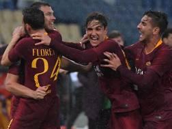 Edin Dzeko festeggia il gol coi compagni. Afp