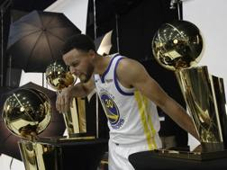 Steph Curry con i 3 Larry O'Brien Trophy vinti coi Warriors. Ap