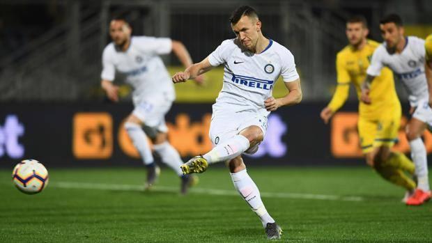 Ivan Perisic calcia così il rigore del momentaneo 2-0 Inter. Getty