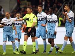 L'arbitro Rocchi attorniato dai giocatori della Lazio. Ansa