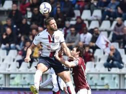 Un duello aereo tra Pavoletti e Moretti. Ansa