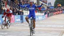 L'urlo di gioia di Philippe Gilbert a Roubaix. Politt, sconsolato, piega la testa (Bettini)