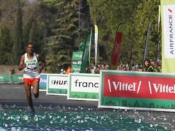 L'etiope Abrha Milaw vincitore della maratona di Parigi. Ap