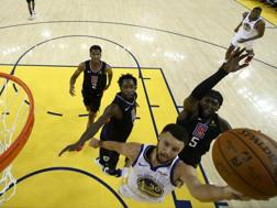 Stephen Curry, 31 anni, batte in entrata la difesa dei Clippers. Afp