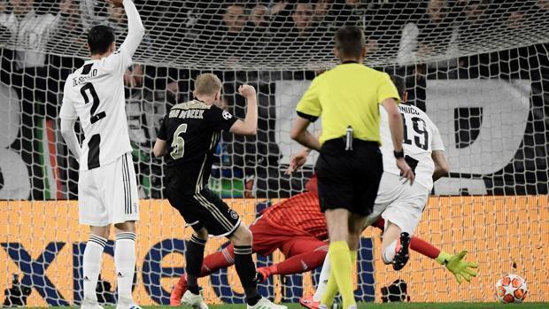 Juve ajax 1 2 gol di cr7 ma van de beek e de ligt for Serratura bloccata chiave non gira