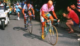 Un attacco di Pantani al Giro 1998. Bettini