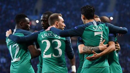 La gioia del Tottenham dopo il gol di Son che ha aperto la sfida contro il Manchester City. Afp