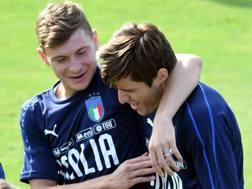 Nicolò Barella, 22 anni, e Federico Chiesa, 21, durante un allenamento in Nazionale. Ansa