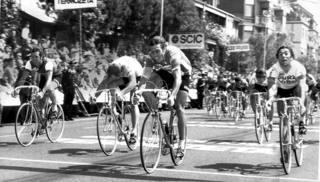 La vittoria del belga a Terni, Giro 1976. Da sinistra De Vlaeminck, Van Linden, Sercu e Basso (Ansa)