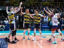 L'esultanza dei giocatori di Modena per il successo in gara-2.