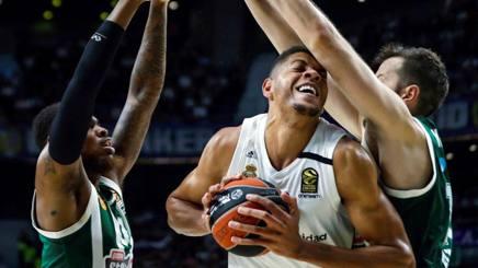 Edy Tavares cerca spazio nella difesa del Panathinaikos. Epa