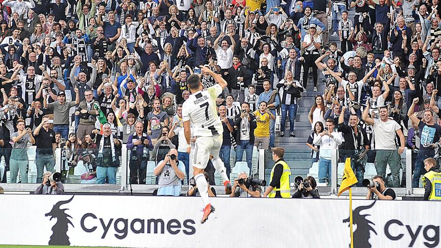91f4b24834 Juventus, l'ottavo scudetto di fila: la festa esplode allo Stadium.  Cristiano Ronaldo festeggia coi tifosi. Ansa