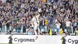 Cristiano Ronaldo festeggia coi tifosi. Ansa