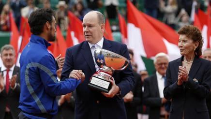 Fabio Fognini, 31 anni, con la coppa del torneo del Principato. Epa