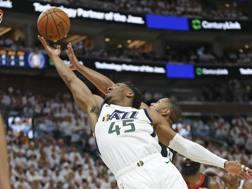 Donovan Mitchell contro Eric Gordon degli Houston Rockets. Ap