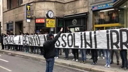 Lo striscione dei tifosi della Lazio in piazzale Loreto.