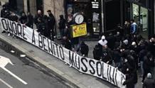 Gli ultrà della Lazio e lo striscione a piazzale Loreto