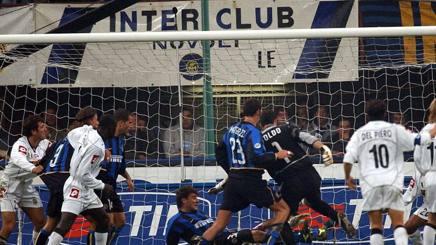 Il contestato gol di Vieri su deviazione di Francesco Toldo nel 2002