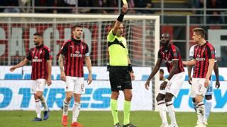 L'arbitro Mazzoleni ammonisce Tiemoué Bakayoko durante Milan-Lazio. Ansa