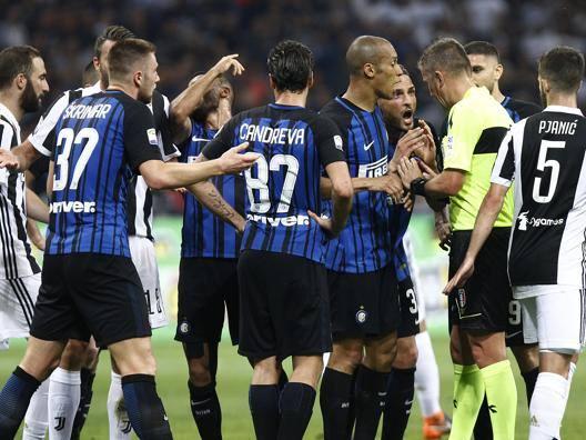 Le proteste dei giocatori dell'Inter durante l'ultimo Inter-Juventus LAPRESSE