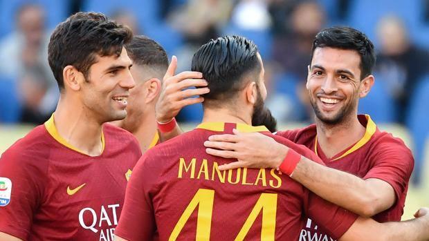 Fazio, Pastore e Manolas festeggiano dopo il gol. Afp