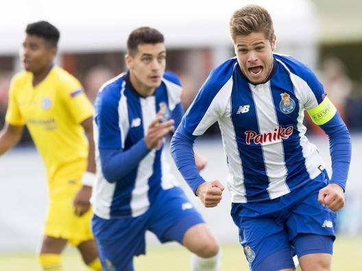 Diogo Queiros, capitano del Porto U19, festeggia per il gol del 2-1. Getty
