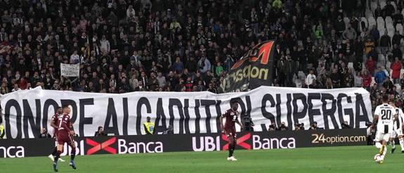 """""""Onore ai caduti di Superga"""", così l'Allianz Stadium saluta il Grande Torino di cui domani, 4 maggio, si celebrano i 70 anni della scomparsa. Al minuto 65' i tifosi hanno celebrato la squadra diventata leggenda"""