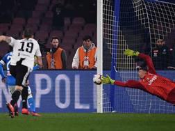 Insigne, coperto da Bonucci, colpisce il palo su rigore contro la Juve. LaPresse