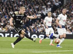 Il gol di Van de Beek all'andata. Epa