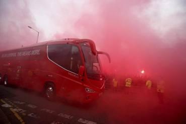I fumogeni accolgono il pullman del Liverpool ad Anfield. AP