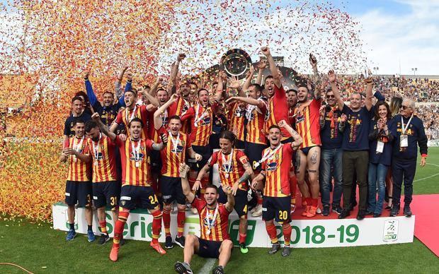 Il Lecce festeggia la promozione. Getty