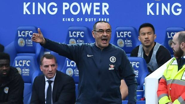 Maurizio Sarri in panchina a Leicester