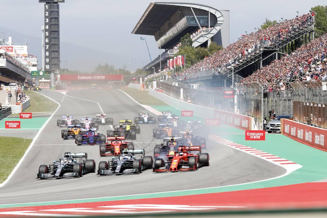 Gp di Spagna. Subito dopo il via Hamilton è all'interno, Bottas in mezzo e Vettel attacca all'esterno ma blocca l'anteriore destro. Ap