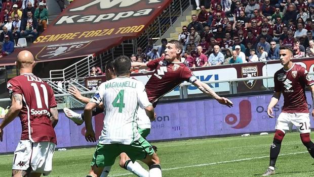 Belotti si coordina per il super gol al Sassuolo. Ansa