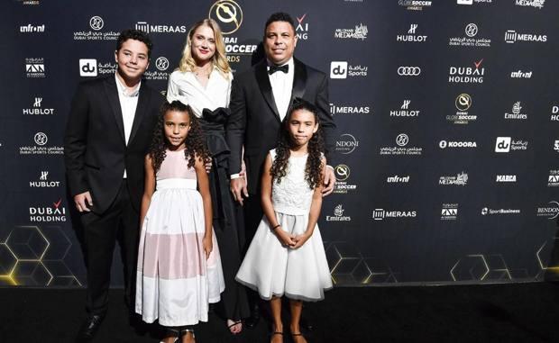 Ronaldo, 43 anni, con la fidanzata Celina Locks e i figli Ronald (19), Maria Sofia (10) e Maria Alice 9). Lapresse