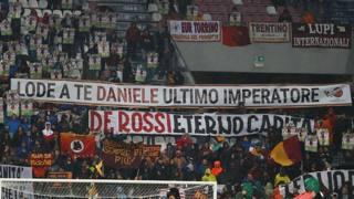 Roma, l'omaggio dei tifosi a De Rossi
