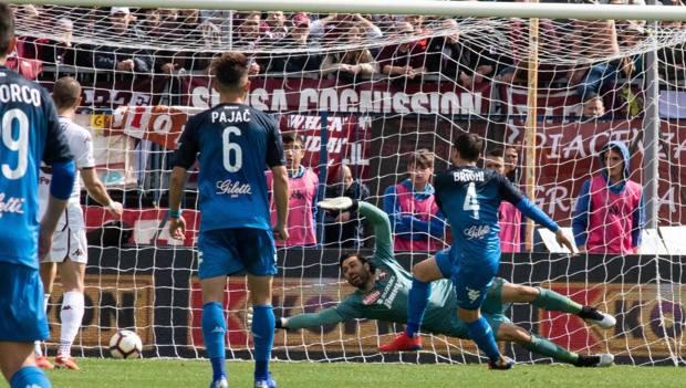 Matteo Brighi segna il gol del momentaneo 2-1 per l'Empoli. Ansa
