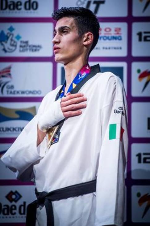 """Simone Alessio ha compiuto un'impresa storica per il taekwondo vincendo il titolo Mondiale nella categoria -74. Rivivi le immagini più bella di una vittoria che lui stesso ha dedicato al gruppo della nazionale: """"Siamo una famiglia"""""""