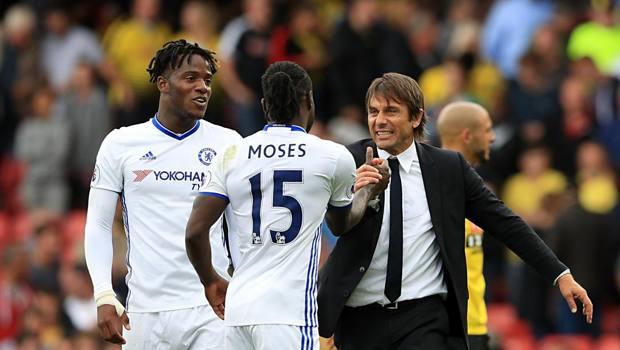 Antonio Conte e Victor Moses festeggiano al Chelsea con Michy Batshuay. LaPresse